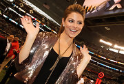 Maria completed her sequin cropped jacket with a gold chain lariat necklace.