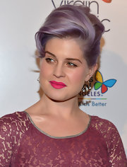 Kelly Osbourne paired her lilac tresses with a pretty pop of hot pink lipstick.