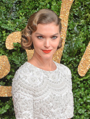 Arizona Muse brought an Old Hollywood vibe to the British Fashion Awards with this glamorous finger wave.