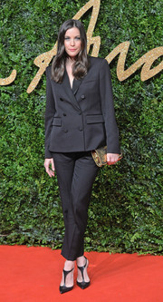 Liv Tyler complemented her suit with a pair of black T-strap pumps.