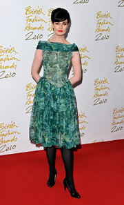 Erin O'Connor paired a retro inspired print dress with black patent leather pumps.