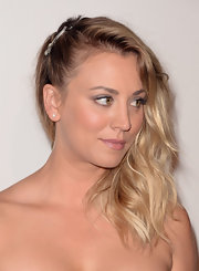 Kaley Cuoco's beachy waves looked instantly red carpet appropriated thanks to a lovely side sweep.