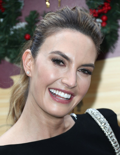 Elizabeth Chambers wore her hair in a mildly messy ponytail at the Brooks Brothers Holiday celebration.