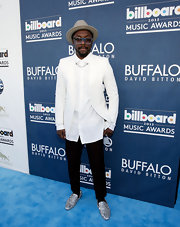 will.i.am looked cool and contemporary in this white blazer and black pant suit at the 2013 Billboard Music Awards.