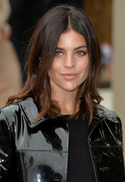 Julia Restoin-Roitfeld styled her hair with wavy ends for the Burberry Prorsum fashion show.