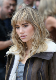 Suki Waterhouse went to the Burberry Prorsum fashion show wearing tousled waves and choppy bangs.