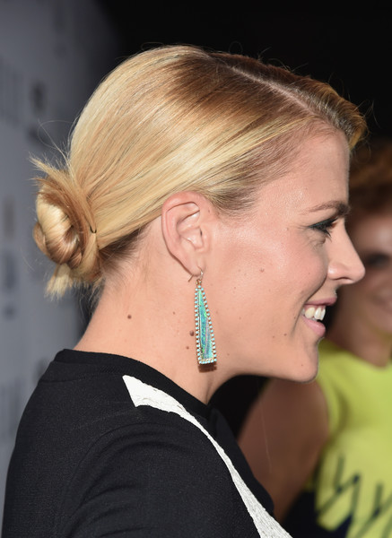 Busy Philipps Dangling Gemstone Earrings [elle,olay,red carpet,hair,ear,hairstyle,chin,eyebrow,neck,blond,organ,long hair,ponytail,sunset tower,west hollywood,california,6th annual women in television dinner,busy philipps,hearts on fire diamonds]