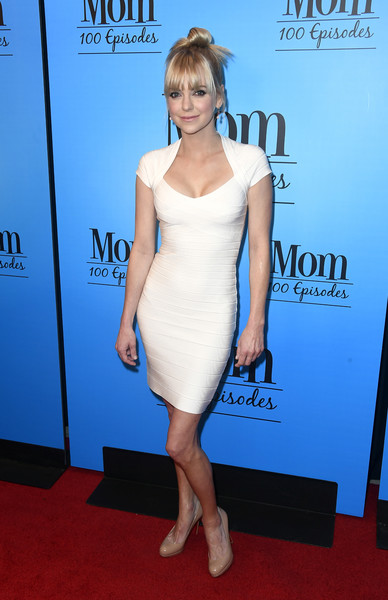 Anna Faris flaunted her svelte figure in a low-cut white bandage dress at the 'Mom' 100 episodes celebration.