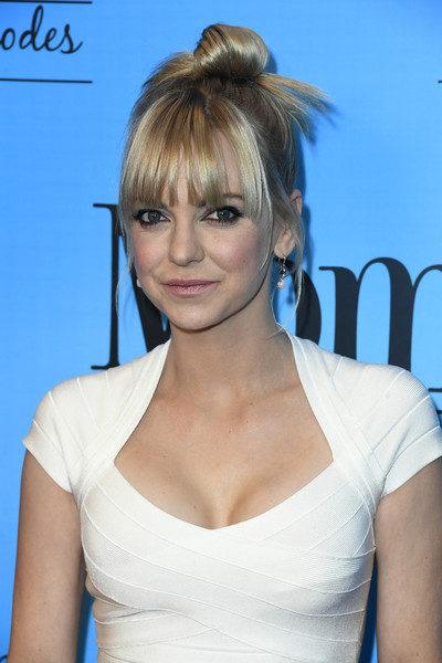 Anna Faris styled her hair into a top knot with wispy bangs for the 'Mom' 100 episodes celebration.