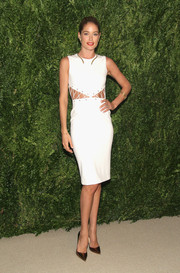 Doutzen Kroes paired her dress with gold Christian Louboutin So Kate pumps for a totally sexy look.