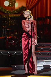Kelsea Ballerini matched her gown with red slim-strap heels by Stuart Weitzman.