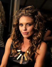 AnnaLynne McCord spiced up her black tank with this geometric gold statement necklace.