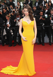 Anna Kendrick was a head turner in a figure-hugging mustard-hued fishtail gown by Stella McCartney at the Cannes opening gala.