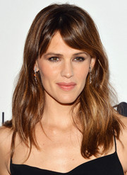 Jennifer Garner left hair hair loose with subtle waves and side-swept bangs when she attended the Calvin Klein Save the Children benefit.