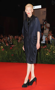 Tilda looked classic in a navy draped dress with kimono sleeves.