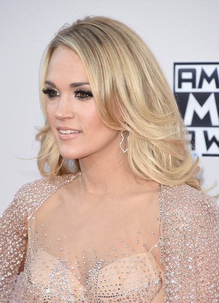Carrie Underwood Feathered Flip [hair,blond,face,hairstyle,shoulder,eyebrow,lip,long hair,beauty,chin,arrivals,carrie underwood,american music awards,microsoft theater,los angeles,california]