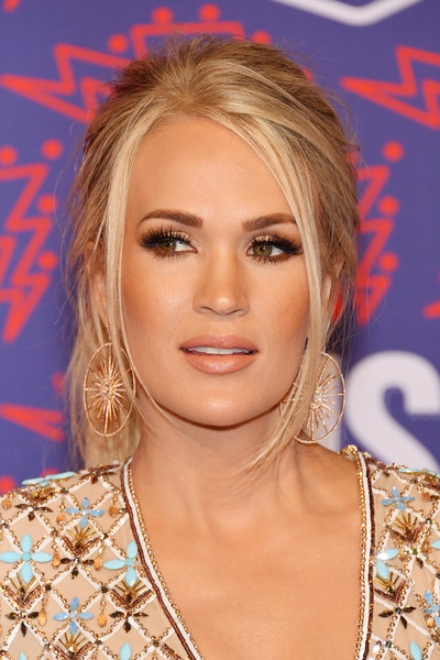 Carrie Underwood Loose Ponytail [hair,face,hairstyle,eyebrow,blond,chin,lip,eyelash,nose,shoulder,arrivals,carrie underwood,bridgestone arena,nashville,tennessee,cmt music awards]