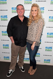Even when paired with casual sneaks, Elvis Duran's black button-down still had a lot of style.