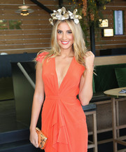Laura Dundovic attended Melbourne Cup Day carrying a lovely peach and gold hard-case clutch.