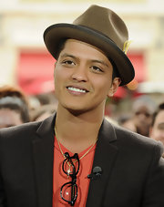 Bruno amped up his blazer with a brown fedora hat.
