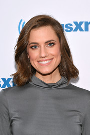 Allison Williams looked sweet and pretty with her short wavy 'do while visiting SiriusXM.