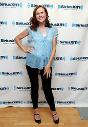 Molly Shannon chose a pair of dark-wash jeans for her casual springy look at the Sirius XM studios.