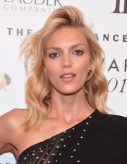 Anja Rubik looked cool and chic with her shoulder-length waves and pompadour top at the Fragrance Foundation Awards.