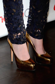 Hailee Steinfeld rocked a pair of metallic gold pumps, which matcher her clutch perfectly, at CinemaCon.