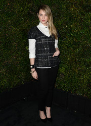 Zoe Levin completed her casual-chic ensemble with a pair of black skinny pants.