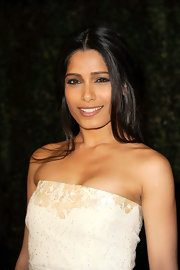 Freida Pinto attended the Chanel and Charles Finch pre-Oscar dinner wearing dark smoky shades of eyeshadow.