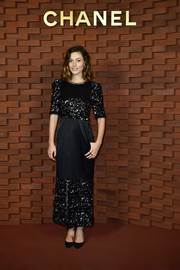 Phoebe Tonkin looked perfectly polished in a paneled black column dress at the Chanel Collection Metiers d'Art Paris Hamburg show.