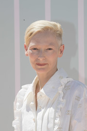 Tilda Swinton rocked a half-shaved boy cut at the Chanel Cruise 2018 replica show in Bangkok.
