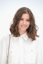 Alma Jodorowsky sported messy-chic, bouncy curls at the Chanel Couture fashion show.
