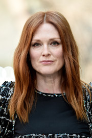 Julianne Moore framed her face with barely-there waves for the Chanel Haute Couture show.