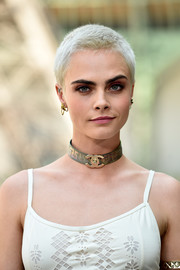 Cara Delevingne jazzed up her casual look with a gold choker by Chanel.