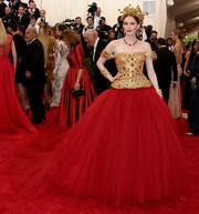 We almost did a curtsy upon seeing Karen Elson in this regal-looking Dolce & Gabbana off-the-shoulder gown, boasting a jewel-encrusted gold bodice and a voluminous red skirt!