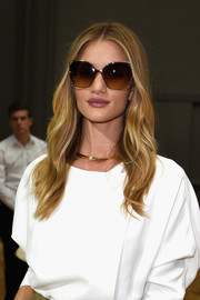 Rosie Huntington-Whiteley dressed up her simple outfit with a lovely gold and Swarovski pearl choker, also by Chloe.