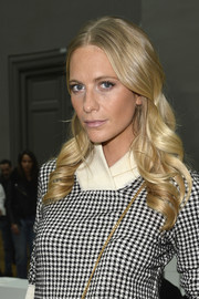 Poppy Delevingne styled her blonde locks with super-sweet waves for the Chloe fashion show.