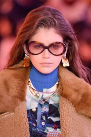 A chic gold link necklace completed Kaia Gerber's accessories.