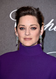 Marion Cotillard injected a heavy dose of elegance with a pair of gemstone chandelier earrings by Chopard.
