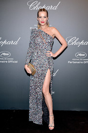 Petra Nemcova added extra shine with a gold tube clutch.