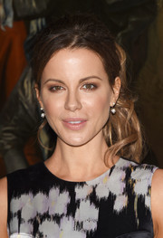 Kate Beckinsale looked pretty, as always, wearing her signature wavy ponytail at the Christian Dior Cruise show.