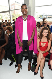 Leslie Jones looked quite the diva in her fuchsia cape at the Christian Siriano fashion show.