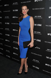 Liv Tyler punctuated her bold blue dress with an oversize black vegan leather envelope clutch.