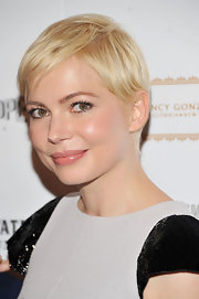 Michelle Williams kept her cropped pixie short and sleek at the 'Meek's Cutoff' screening. A subtle side part and wispy  bangs helped frame her face.