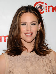 Jennifer Garner attended CinemaCon in Las Vegas wearing a pair of yellow gold and platinum diamond earrings.