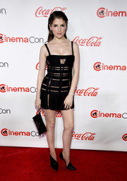 Anna Kendrick rounded out her look with a black leather clutch.