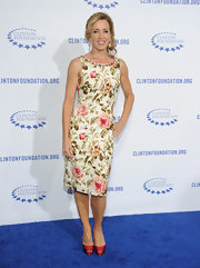 Felicity Huffman looked lovely at the Decade of Difference Gala in a rose print frock and red peep-toe pumps.