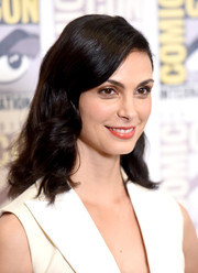 Morena Baccarin wore her hair down to her shoulders with vintage-glam waves during Comic-Con.