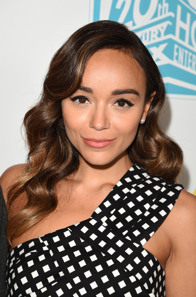 Ashley Madekwe brought some vintage glamour to the Comic-Con 20th Century Fox party with this long wavy 'do.